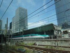 大混雑の東京駅も、複雑な上野駅もパスできるというのは、大変便利。グリーン車の2階席に座ったまま、高層ビル群や新幹線を見物です。