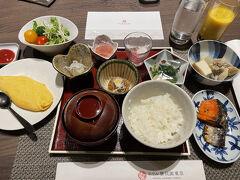 """おはようございます(^-^) 朝食は1階のNew American Grill""""KANADE TERRACE""""でのブッフェです。 ひとつひとつ小分けになった小鉢での提供でした。 和食を中心にチョイス♪  どれも美味しそうで、ついつい取り過ぎてしまい…(^^; スムージーは濃厚で美味~☆"""