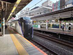 フォートラベルをご覧のみなさま、おはようございます。 今回もFidelioが旅行記をお送りいたします。  今回の目的地は信州松本。新宿駅から特急あずさに乗ります。 中央線特急に乗るなんてえれぇ久しぶりだなぁ~ いつの間にか新型車両に変わっとる。