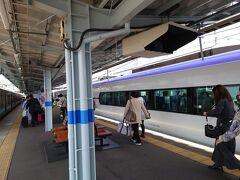 10時半過ぎ、目的地の松本駅に到着。 中央本線は高尾駅を過ぎると一気に山間の線路がウネウネしているので、特急が爆走するとかなりRock 'n' Rollなことになります。 ひょっとしたら乗り物酔いしてしまうかもしれませんので、乗車中は寝てしまうのがオヌヌメです!  後は高速バスか自動車か、各停の電車に乗るか歩いて行くかして下さいね。  じゃ、着いたので早速観光~