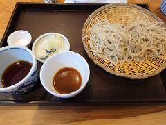 そんなこんなありましたが僕たちの順番が来たので着席。  色とりどりコースを注文しました。 普通の蕎麦と季節の変わり蕎麦に加え、天ぷらの盛り合わせとだったん茶のプリンが付きます。