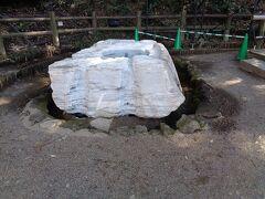 吐玉泉.こちらも寒水石と言われる大理石の井筒.