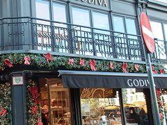ゴディバのお店が角にありました。