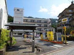 日曜日ということもあり湯本駅周辺はなかなかの混雑っぷり。なかなか空いてるコインパーキングが見つからずウロウロ。 やっと見つけたのがこちらの弥次喜多の湯。宿泊施設でもあり日帰り温泉もやっているとのこと。温泉利用者は駐車場2時間無料。 特に気にせず停めちゃいましたが、なんと土日祝日料金は30分770円!!横浜渋谷より高いじゃん(|||´Д`) 出庫時まで知らずにビックリ。たった34分間の駐車で1,540円!せめてあと5分早く戻っていたら…てゆか歩いてくれば良かったよ。