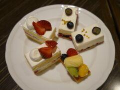 ここから怒涛(笑)のデザートタイム 「北海道生乳100%純生クリームの苺ショートケーキ」×2 「草原のヨーグルトでーでーぽっぽのムース」×2 「季節のフルーツタルト」