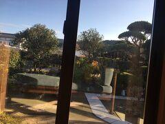 この度の最大の楽しみ!お宿Nazuna 飫肥 城下町温泉へやってきました。こちらは受付からの外の景色。