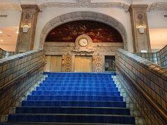 「ホテルニューグランド」の2階に続く階段です。まるでヨーロッパの宮殿にいるかのような立派な内装です。2階は式典会場になってます。