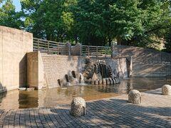 山下公園の奥に進みます。魚の頭の噴水がある広場「石のステージ」です。