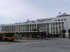 平塚(ひらつか)駅    該駅は、明治20年81887年)7月11日附開業である。 該駅開設当時は旧東海道筋宿場町に過ぎず旅貨共に取扱量は少なかった。 平塚が脚光を浴びるのは日露(にちろ)戦争(明治37年(1904年)2月4日~明治38年(1905年)9月5日)終結後に於ける海軍用火薬完全国産化の為に、当時の第3次日英同盟條約に基き、帝國海軍は同盟国英國の兵器製造企業アームストロング社に委託し、明治39年(1906年)に該社日本支社が平塚に工場を開設され、該地は帝國海軍火薬製造の拠点として俄かに脚光を浴びる様になった事から、該駅-該工場間1.1kmに専用線が敷設され貨物取扱扱量が激増した。 関東大震災発生で該駅施設は旅客跨線橋を除き悉く圧潰した為に、大正13年(1924年)に第2代駅本屋が建設された。 昭和20年(1945年)7月16日未明の平塚大空襲で当該駅本屋は焼夷弾被弾に依り全焼した。 昭和22年(1947年)に木造構造で第3代駅本屋が設置されたが、本来であれば戦災復興駅は民衆駅として地元資本参入が有るべき処、平塚に於ける特異な背景として、戦後流入者に依る悪辣な商売を起こした者が多数存在した事で、戦前以来の商店主達が当該戦後派連中との共同店舗営業に対し強い拒絶反応を見せた事から、民衆駅構想は敢え無く潰える事となった。 此の為に、日本国有鉄道は自身が駅ビル経営が可能たると判断し、現第4代相当の駅本屋を昭和48年(1973年)に建設した。 https://www.jreast.co.jp/estation/stations/1337.html