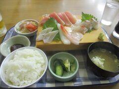 刺身盛り合わせ定食  美味そうです。地のモノは、太刀魚の炙り・伊東の鯛でした。