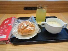 ラウンジで朝食。今朝のジュースはシークワーサーでさっぱり。ここで朝食をいただけるのは助かります。