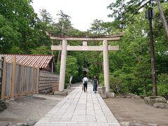 鶴岡八幡宮本殿の傍にある、「白旗神社」がこの石造りの鳥居の先にあります。