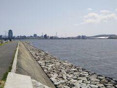 月照寺は見どころ満載であった。少し早いが松江駅方面へ戻って昼食を取ることにする。 今回初めて見る宍道湖。写真の奥は松江の市街地である。