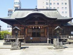 宍道湖大橋北側のすぐ近くにある須衛都久(すえつぐ)神社。出雲風土記にも出てくる歴史のある神社である。 主祭神は、伊弉冉尊(いざなみのみこと)と素戔嗚尊(すさのおのみこと)。
