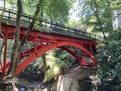 入り口を降りたらすぐ赤い橋 ゴルフ橋というらしい 緑に赤が映えますね