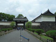 大手門。 大手門(三の丸大手門)は江戸城の正門で、諸大名は此処から登城し三の丸に入りました。 勅使の参向、将軍の出入りなどもこの門から行うのが正式だったそうです。 また、大手とは城と城下町を繋ぐ門に付けられた名称で、慶長12(1607)年に築城の名手である藤堂高虎が建造し、その後、伊達政宗らが修復したのだそうです   皇宮警察官、多くね? 一応、荷物検査有ります