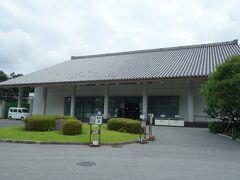 三の丸尚蔵館。 皇室に代々受け継がれた絵画・書・工芸品などの美術品類が平成元(1989)年6月、国に寄贈されたのを機に、これら美術品を環境の整った施設で大切に保存・管理するとともに、調査・研究を行い、併せて一般にも展示公開する事を目的として、平成4(1992)年9月に皇居東御苑内に建設され、翌年11月3日に開館しました。 御苑同様、無料です