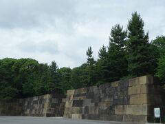 中之門。 切込接(角や面、そして表面も徹底的に平らにそして四角く加工して石を隙間なく密着させる、大変手間のかかる加工)のお手本とも言える美しい石垣です