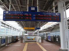 私が乗る新幹線(右)も到着しているのでホームには誰もいません。