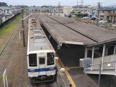 太田から10分程で西小泉方面への乗換え駅、東小泉駅に到着です。 到着と同時に館林からの西小泉行きが到着して乗客の大半は乗り換えて西小泉へ向かいます。  ココで一旦下車して、この後やってくる634系の団体臨時列車を撮影します。