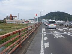 香川県で唯一の一級河川の土器川を渡ります。この川の川原から土器を作る粘土がとれ、以前の地名は土器村だったことから土器川と名付けられたそうです。