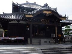 本堂は龍を模した2層屋根になっており圧倒されます。ここは厄除けうだつ大師で親しまれています。これは弘法大師が42歳に訪れ厄除けの願いをしたことに由来するそうです。