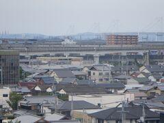 境内からは瀬戸内海にかかる瀬戸大橋が見えました。岡山から高松・坂出に向かう分岐した瀬戸大橋、宇多津から岡山へ向かう予讃線の高架、合計3線が入り組んで見えます。