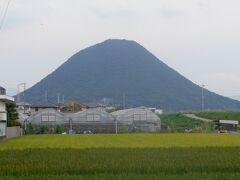 山側に目を移すと讃岐富士が美しいです。香川県にはおむすび形の山が多くあり、その中でこの飯野山がもっとも有名で讃岐富士と言われています。