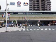 郷照寺から見えたJR高架が続いた先の坂出駅前を通過します。乗降客は高知より多く第4位だそうです。瀬戸大橋線(岡山方面)、高松、高知、松山への玄関口になっています。