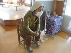 お城を見学した後はトイレ休憩も兼ねて休憩所へ  いきなりおばあが座っててびっくり! 人形でした