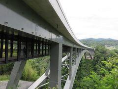 そらさんぽ天竜峡・・・天竜峡大橋の遊歩道  橋の車道下は遊歩道になっていて、地上約80mから名勝天竜峡を周遊  時間を合わせれば、秘境駅列車と天竜川下り船を見ることができます