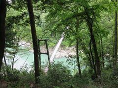 つつじ橋・・・天竜峡遊歩道内にある美しい橋  フォトスポットにもなっていて、渡った先の山道の頂上には展望台  緑深い世界に、爽やかな雰囲気感じる眺望が美しいです