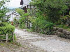 馬籠宿・・・島崎藤村ゆかりの坂と石畳の宿場  木曽路11宿のうち、最南端にあり、急な坂と石畳に江戸の情緒が感じられます  道端には花や水車が見られ、川のせせらぎとともに梅雨の雨しっとり感じます