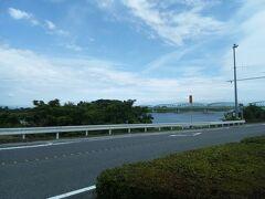 次は、富士川楽座という道の駅へ向かって歩きます。途中、富士川が見えます。
