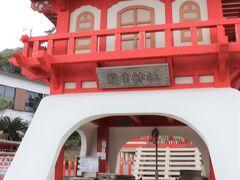 長崎鼻には龍宮神社なる建物もあるがその建物の存在感はビミョーで、テーマパークみたいな感じで、どうしてこうなってしまったのかな…と。 如何にもそれっぽい建物をわざわざ作ると神社本来の厳かさがなくなってしまう、と思う。  龍宮神社はその外見は微妙だが歴史は古く、ここには、浦島伝説の裏付けとなる事象がある。 この長崎鼻の砂浜は昔からのウミガメの産卵場所であり、夏になるとウミガメがやってくる場所で、その昔、浦島太郎が出産で力尽きたウミガメの一匹を助けたということがあったとしてもおかしくはない。  そして、もう1つ。 竜宮城が実在したかもしれない証拠も現代まで残っている。 それは、言葉。 龍宮(りゅうぐう)は琉球(りゅうきゅう)にかなり発音が似ているという点が指摘されていて、乙姫様は実は昔の琉球王国の姫だった可能性もあり、アマテラスの子孫の浦島太郎(ヤマサチヒコ)と琉球王国の王女の恋愛交流を境に、この岬を起点にヤマトと琉球の交易が始まったのではないかともいわれている。