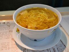 もはやエチオピア旅行とはほど遠い香港・台湾旅行記になっておりますが、最後なのでお付き合い頂ければ幸いです。  朝早くにホテルを出て、空港へ。せっかく香港に来たからには、あのゴムっぽい触感の香港雲呑麺を食べなければ終われません。あれ、大好きなのよね。