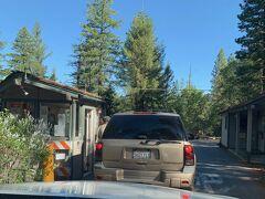 8時前にWeedのコンフォートインを出発。運転手は私。約70マイル、約1時間で9時ごろにMcArthur-Burney Falls Memorial State Park、マッカーサーバーニーフォールズステートパークに到着です。レビューを読むと夏場は朝9:30ごろまでの到着がおすすめとのこと、当日は10:30ごろに駐車場は満車でパークの入口が一時閉鎖になっていました。入場料は一台10ドルです。