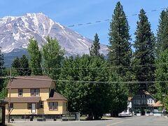 シャスタ山を背景に向かって右下の建物がストーニーブルックイン、日本人のすさなさんがオーナーのベッド&ブレックファストです。