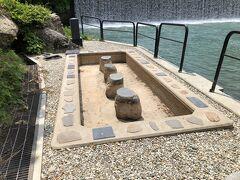 源泉の奥にある『初恋足湯』は、温泉の配管の故障ということで休業中でした。 先程の石のドームも関係があるようです。