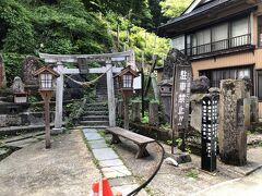 通りの左手に肘折温泉の鎮守様の『湯坐(ゆざ)神社』(別名、薬師神社)があります。 神社のさらに奥に、肘折温泉を発見した老僧が住んでいたとの伝承の残る『地蔵倉』があるそうですが、山道をかなり歩かなければならないそうです。