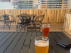 マイクロブルワリーでビールが超美味しく感じました。写真を撮り忘れましたがおつまみにアップルケーキとプレッツエルをいただきました。生き返りました。後ろはメニューでスキー板。
