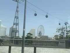 横浜に到着しました。新しくできた街の上を渡るロープウェイ面白そう。