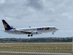 時間を合わせたわけではないが、ちょうどスカイマーク便が着陸するところであった。