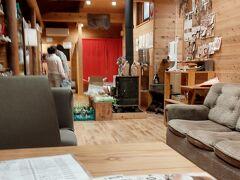 いいお湯でした~って出てきたら お風呂上がり、無料で飲み物をお出ししてますよと  お水、麦茶、ホットコーヒー じゃ、コーヒーで  紙コップにちょうどいい量、とてもおいしい まだ木の香りが新しい、すてきな空間  お昼は食堂もやってます https://shinshu-takayama-onsenkyo.com/facility/koyasu-2/