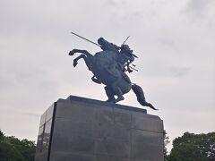 躍動感ある 立派な騎馬像です よく見ると お殿様はかなりのイケメンです