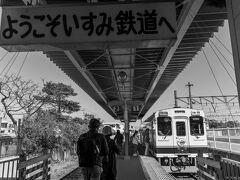 大混雑の大原駅からいすみ鉄道に乗車します。 もちろん座れません。 2両でもワンマンなんだから増結して欲しい・・・