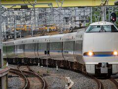 新大阪からは特急サンダーバードで京都へ向かいます。 検札の指導車掌さん、丁寧な対応かつスムーズに回っていたことを今でも覚えています。 特急に乗る指導の方は流石、スキル高いですね。