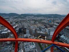 京都まではJR東海ツアーズのプランで来ていたのですが、京都タワーのクーポンがあったので、登ってきました。 新幹線が見えます。