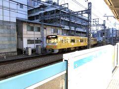 早朝の横浜駅。 京浜東北線のホームに上がると京急の黄色い車両が走り去っていきました。 そういえば暫く撮ってないなぁ。
