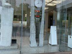 まずは広島平和記念資料館を見学します。  一人200円で見学することができます。修学旅行などの団体であれば無料で入ることができます。